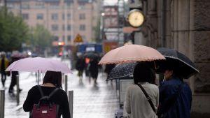 Ihmisiä sateenvarjoineen Helsingin keskustassa elokuussa 2017.
