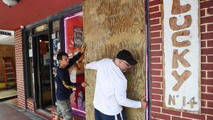 Noel Garcia ja Mike Ehlis valmistautuivat hurrikaanin tuloon Miamissa 6. syyskuuta.