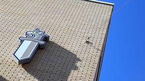 Lounais-Suomen poliisiaseman seinä.