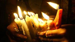 Kynttilöitä uskonnollista väkivaltaa vastustavassa mielenosoituksessa