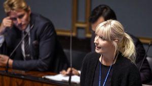 Laura Huhtasaari puhuu eduskunnassa