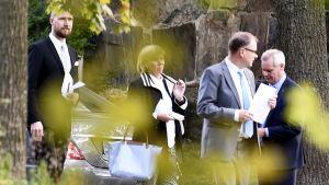 Pääministeri Juha Sipilä sekä oppostitiopuolueiden puheenjohtajat vihreiden Touko Aalto, RKP:n Anna-Maja Henriksson ja SDP:n Antti Rinne poistuvat neuvotteluista pääministerin virka-asunnolta Kesärannasta.
