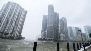 Myrsky piiskaa Miami-jokea kaupungin keskustassa.