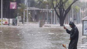 Mies dokumentoi hurrikaani Irman myrskytulvaa Miamissa 10. syyskuuta.