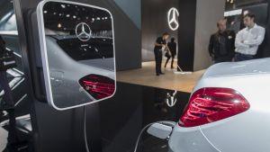 Mercedes Benz sähköautoa ladataan.