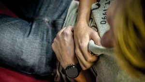 Nuori mies pitelee rintaansa, koska sydän kipeä.