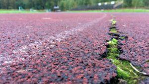 Kangasniemen urheilukentän 35 vuotta palvellut päällyste on jo pahoin halkeillut.