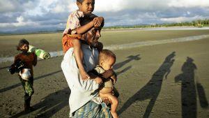 Myanmarista Bangladeshiiin saapuvia rohingya-pakolaisia Naf-joen rannalla