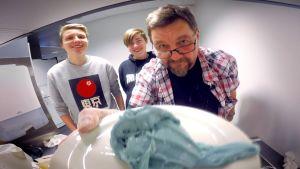Yle Oulun koekeittiössä tehdään tee-se-itse -limaa elintarvikkeista.