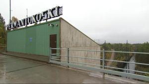 Permantokosken voimala Kemijokeen laskevassa Raudanjoessa Rovaniemellä. Kemijoki Oy:n mukaan voimalan sähköntuotanto vastaa noin 2800 pinta-alaltaan 150 neliömetrin omakotitalon vuosikulutusta.