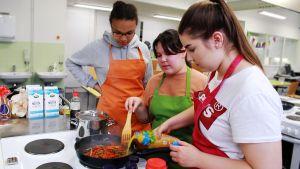 Vesalan yläasteen nuoret kokkaavat hävikkiaineksista