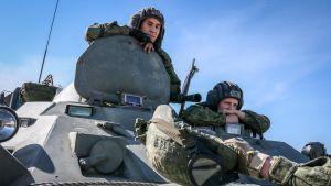 kaksi sotilasta panssarivaunun kyydissä