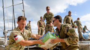 Brittisotilaat jakavat vettä Barbadoksella.