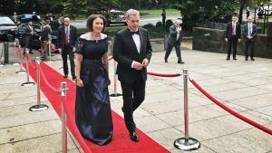 Presidentti Sauli Niinistö ja rouva Jenni Haukio saapumassa Washingtonin Suomen suurlähetystöön Suomi 100 -gaalaan.