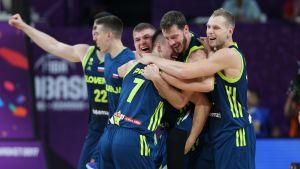 Slovenian koripallomaajoukkue on päässyt juhlimaan EM-kisoissa voittoja. Tuoreimpana päänahkana oli Espanja välierissä.