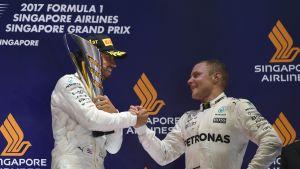 Mercedeksen Lewis Hamilton ja Valtteri Bottas juhlivat Singaporen palkintokorokkeella.