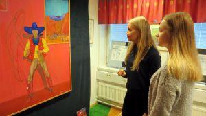 Kemin lyseon lukion 2-luokkalaiset Vilma Tiihonen ja Emma Wiena.