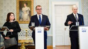 Opetusministeri Sanni Grahn-Laasonen, pääministeri Juha Sipilä ja professori Bengt Holmström tiedotustilaisuudessa 19. syyskuuta.