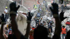 Pelastajia maanjäristypaikalla.
