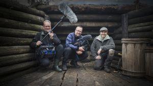 Tanskalainen maajussi Frank Erichsen kuvaamassa tv-sarjaa Halsualla Keski-Pohjanmaalla työryhmänsä kanssa.
