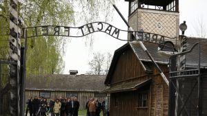 Etelä-Puolan Auschwitzin keskitysleirin kuuluisa Arbeit macht frei -kyltti.