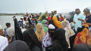 Joukko rohingya-pakolaisia.