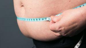 Vyötärönympärysmitta ylittää riskirajan, kun se on naisilla yli 90 ja miehillä yli 100 senttiä.