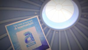 A-teemaklubin mainos pääkirjasto Metson kattoa vasten kuvattuna