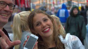 Sitä tulee iloiseksi, kun puhelimen paikannustoiminto pelaa ja festivaalihumussa hukattu puhelin löytyy.