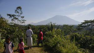 Paikalliset asukkaat katselevat Agung-tulivuorta Balilla.