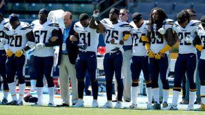 Los Angeles Chargersin omistaja Dean Spanos yhdessä joukkueen pelaajien kanssa.