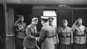 Adolf Hitler kättelee marsalkka Carl Gustaf Emil Mannerheimia.