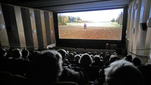 ihmisiä katsomassa elokuvaa