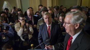 Republikaanisenaattorit Lindsay Graham ja John Cornyn kertovat median edustajille, ettei äänestystä Obamacaren kumoamisesta järjestetä.