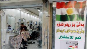 Kampaamo ja äänestysjuliste itsenäisyyden puolesta Erbilissä Pohjois-Irakissa.