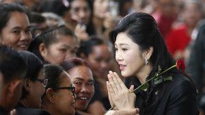Yingluck Shinawatra tervehtii kannattajiaan.