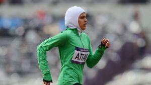 Saudi-Arabian urheilija Sarah Attar kilpaili naisten 800m juoksussa kesäolympialaisissa Lontoossa 2012.