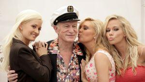 Hugh Hefner kolmen nuoren vaalean naisen kanssa.