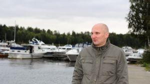 Markus Vilmi katsoo merelle