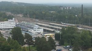 Matkakeskus ja ratapiha Kouvolassa, autoja parkissa