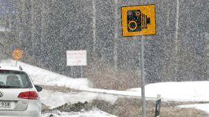 Kameravalvonnasta kertova liikennemerkki.