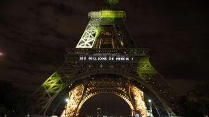 Valaistu Eiffel-torni toivotti 300. miljoonan kävijän tervetulleeksi.
