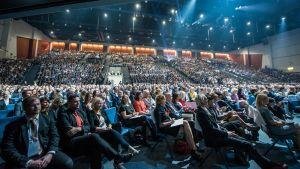 yleisöä istuu salissa