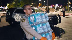 Poliisi vie vettä Thomas & Mack Centerin ihmisille.