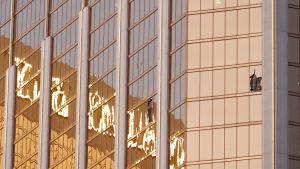 Kaksi rikoutunutta ikkunaa Mandalay Bay -hotellin julkisivussa.