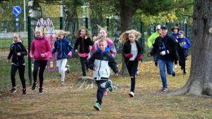 Juvan kirkonkylän koulun oppilaita juoksee koulun pihalla.