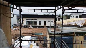 Rakennustyömaa, jolla lähes valmiita pientaloja.