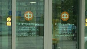 Kuva Osuuspankin ovesta.