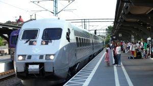 Ruotsin rautatieyhtiön SJ:n X 2000 -juna Lundin asemalla.