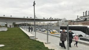 Moskovanjoen päälle kurkottava kävelysilta.